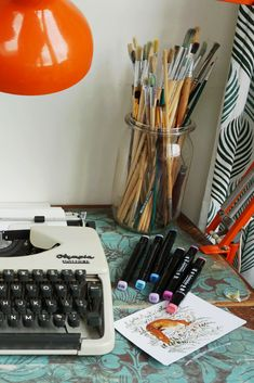 Home office style. Retro typewriter, retro lamp, paintbrushes and pens, what more could one want? Modern Typewriter, Working Typewriter, Typewriter For Sale, Antique Typewriter, Country Kitchen Lighting, Modern Farmhouse Lighting, Rustic Country Kitchens, Mid Century Modern Lighting, Hallway Light Fixtures