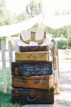 How to use vintage suitcases at your wedding