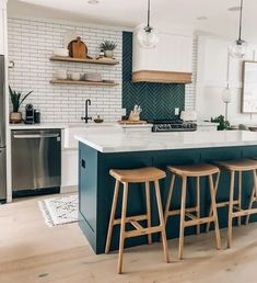 15 Tile Options to Bring Your Space to Life Boho Kitchen, Home Decor Kitchen, Interior Design Kitchen, New Kitchen, Home Kitchens, Kitchen Dining, Two Toned Kitchen, Hipster Kitchen, Industrial Chic Kitchen