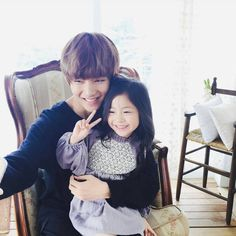 Taehyung with a young girl :) They are so cute ! I want he be the father of my children aha !