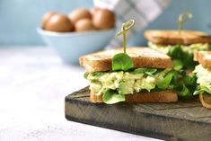 28 brilliant tips for cooking eggs perfect every time Avocado Egg Sandwiches, Perfect Eggs, How To Cook Eggs, Scrambled Eggs, Omelette, Healthy Recipes, Healthy Food, Lime, Lunch