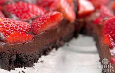Lekker en simpel: voor deze overheerlijke chocoladetaart heb je geen oven nodig! Af en toe hebben we gewoon zin in iets lekkers of vinden we het leuk om de visite een lekker maaltje voor te zetten. Helaas hebben we niet altijd tijd om uren in de keuken staan... Gelukkig hoeft dit bij deze overhe