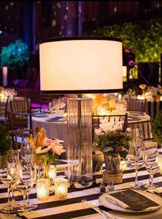 ¿Qué opinas detener una lampara como centro de mesa para tu evento? #BodasBlancoYNgero