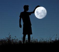 Si chiama  Adrian Limani , il fotografo albanese autore di una suggestiva serie fotografica nella quale, grazie a un rapporto di prospetttive, il protagonista degli scatti gioca con la luna piena