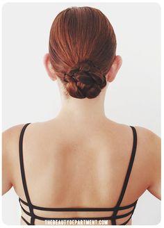 Ce chignon tressé facile à réaliser est idéal pour les cheveux mouillés ou secs. | 31 coiffures pour survivre aux chaudes journées de l'été