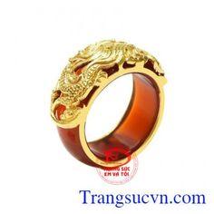 Nhẫn ngọc bọc rồng vàng đẹp được chạm khắc hình rồng độc đáo mang đến vẻ nam tính cho người đeo. Hình tượng rồng được nhiều người biết đến và thường được các cánh mày râu ưa chuộng trong phong cách thời trang của mình. Nhẫn ngọc mã não là loại ngọc quý mang đến vận may và điềm lành đến cho người dùng. Nhẫn ngọc bọc rồng vàng đẹp hợp mệnh, thanh toán an
