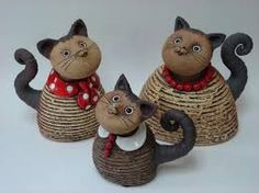 Family of cats. Pottery Sculpture, Sculpture Clay, Ceramic Bowls, Ceramic Art, Clay Cats, Paper Mache Crafts, Ceramic Techniques, Ceramic Figures, Ceramic Animals