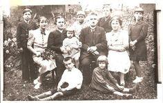 Rodzina Wickich: druga od lewej Bolesława, matka  Helena z najmłodszą Kazimierą, w środku ojciec Augustyn, obok niego Leon, siedzący Bolesław.