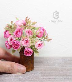 Las rosas miniatura - el arte de la arcilla decoran el salón