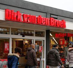 In een vestiging van de supermarktketen Dirk van den Broek in Amsterdam is een meisje bevallen van een baby.