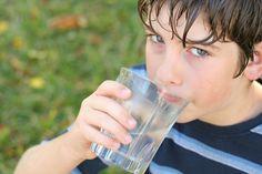 Beneficios del consumo de agua en niños. Es muy importante que todos los niños consuman determinadas cantidades diarias de agua para mantener su correcta hidratación: aproximadamente 0,6 litros por día el primer año, y entre 1,8 y 2,6 hasta la adolescencia.