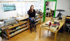 Buchbinderin Ira Laber stellt in ihrer Werkstatt Kreatives rund um das Papier her, macht Workshops und gibt ihr Wissen auch an Kinder weiter. Workshop, Desk, Furniture, Home Decor, Paper, Elderly Crafts, Book Binding, Time Travel, Work Shop Garage