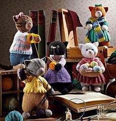 Kitty's Knit Klub pattern by Alan Dart – Fournitures pour animaux Knitted Cat, Knitted Animals, Knitted Dolls, Crochet Dolls, Knit Or Crochet, Knitting For Kids, Knitting Projects, Baby Knitting, Animal Knitting Patterns