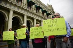 Jubilados exigen el pago de sus pensiones en Veracruz. Foto: Rubén Espinosa