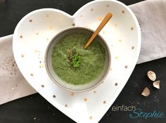 Spinatsuppe als leckeres low carb Rezept, vegan und richtig gesund. Wandelbar auch für köstliche Nudeln mit Spinat. Zur basischen Ernährung geeignet.
