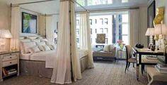 chambre à coucher luxueuse avec lit à baldaquin