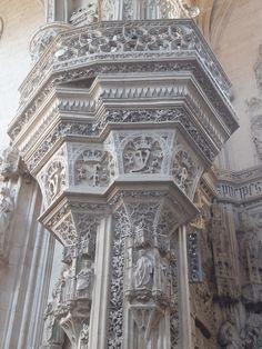 Púlpito del lado de la epístola. Un rico y elaborado ejemplo de estilo mudéjar isabelino. En tiempos pudo tener entrada desde el claustro.