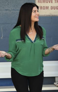 Penny's green blouse with pockets on Happy Endings.  Outfit details: http://wornontv.net/9807/