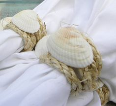 Sisal and shell napkin rings would look great with white rope and pearlized shells. Deco Table, A Table, Safari Wedding, Wedding Table Settings, Place Settings, Napkin Folding, Shell Crafts, Dinner Napkins, Decoration Table