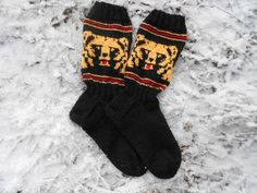 karhu-sukat (bear socks) Knitting Socks, Knitting Ideas, Bunt, Crocheting, Knit Crochet, Gloves, Slippers, Gift Ideas, Patterns