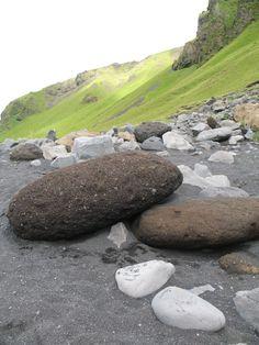 Grote keien, lava en metersdikke sedimenten van zwarte as. Allemaal als gevolg van de voortdurende vulkaanuitbarstingen in het zuidelijk deel van IJsland.