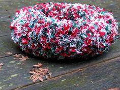 Deze Kerstkrans kun je maken van stukjes stof