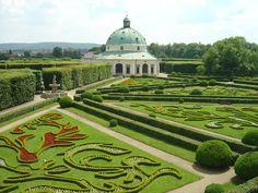 KROMĚŘÍŽ pohled na Květnou zahradu s rotundou
