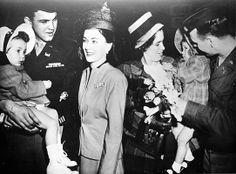 Amerikanische Soldaten werden nach Beendigung des Krieges von ihren Familien in Wien besucht.