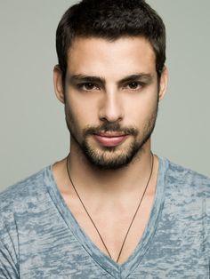 Caua Raymond es uno de los galanes jovenes de las telenovelas en Brasil. Actualmente en Avenida Brasil arranca suspiros asi como lo hizo en A Favorita.