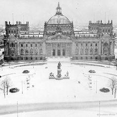 Winter Vintage Berlin: Der Reichstag im Jahr 1912. Gut zu erkennen noch die alte Kuppel des Wallot-Baus und das Bismarck-Denkmal.