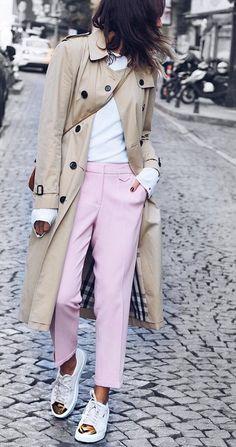 #fall #outfits · Trench + růžové kalhoty + zlaté tenisky
