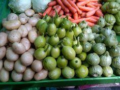 Chilacayotes tiernos,calabacitas redondas y chayotes en el mercado.