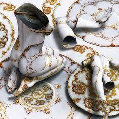 Poderosa obra del reconocido artista contemporáneo Kim Joon (1966) que representa intrigantes cuerpos tatuados en busca de contexto.