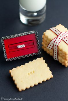 shortbread cookie cutter / stamp - I want this. Tips & Tricks, Shortbread Cookies, Cookie Cutters, Biscuits, Cheese, Cookie Ideas, Moleskine, Sweet, Stamps