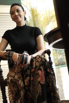 A tribute to Iwan Tirta the BATIK Maestro on Batik day 2012.Love how the Batik sarong now looks like a big A line maxi skirt…