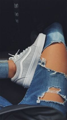 Vans / Vans Cord Turnschuhe / Vans Mädchen / Vans Outfit / Distressed Jeans / Sneaker besessen / Hallo Skool Vans / Old Skool Vans Moda Sneakers, Vans Sneakers, Sneakers Fashion, Fashion Shoes, Sneakers Women, Vans Shoes Women, Vans Tennis Shoes, Shoes For Women, Summer Sneakers