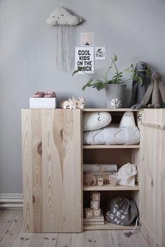 Snyggt förvaringsskåp i barnrummet. Här kan man förvara både leksaker eller kläder.