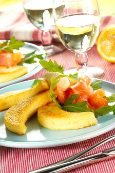 Grießmonde mit Lachs - mit Lachs, Sahnemeerrettich und nach Wunsch mit Rucola garniert servieren: http://www.ichliebebacken.de/rezeptebox/sonstiges/griessmonde-mit-lachs