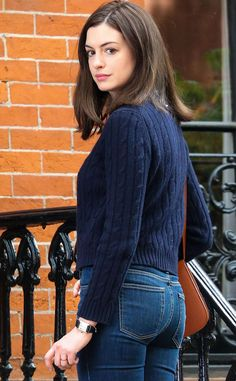 Anne Hathaway Photos - Actress Anne Hathaway filming a scene on the set of 'The Intern' in New York City, New York on September 'The Intern' is a comedy about a fashion website that brings in an elderly intern. - Anne Hathaway On The Set Of 'The Intern' Anne Hathaway Films, Anne Hathaway Style, Anne Hathaway Photos, Anne Hathaway Haircut, Beautiful Celebrities, Beautiful Actresses, Beautiful People, Beautiful Women, Anne Jacqueline Hathaway