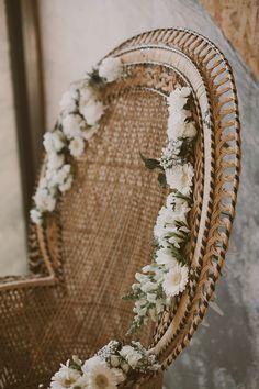 Agrémenter un #fauteuil #bohème en #rotin avec des #fleurs