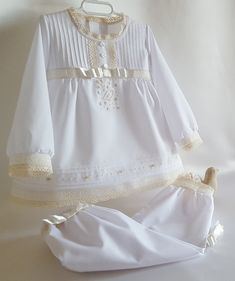 Pijama batista blanca Baby Outfits, Baby Sewing, Aurora, Baby Shoes, Doll Outfits, Babydoll Sheep, Kids Fashion, Toddler Girl Dresses, Layette