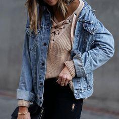 On ne se lasse pas du #pull à laçage...surtout en rose nude porté avec une veste en jean ! #mode #fashion