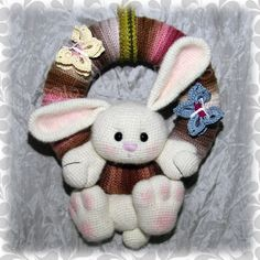 Hase für Osterkranz Crochet Toys Patterns, Amigurumi Patterns, Stuffed Toys Patterns, Yarn Crafts, Sewing Crafts, Crochet Easter, Knitted Bunnies, Crochet Wreath, Crochet Rabbit