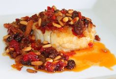 Bacalla amb panses i pinyons - Cod with raisins and pine nuts #cod #fish #food #barcelone