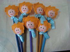 Personagens da historia do Pequeno Príncipe confeccionado em feltro, colocados nas ponteiras de lápis de cor. Modelos: ovelha, Pequeno Príncipe, rosa e raposa. Já incluso lápis de cor ou preto. R$3,10