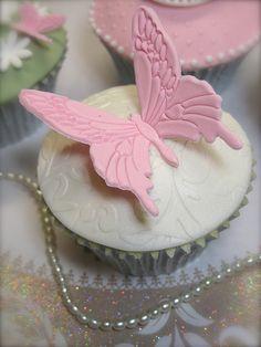 Large butterfly cupcake Cupcake Bakery, Cupcake Art, Cupcake Cookies, Cupcake Ideas, Wedding Cookies, Wedding Cupcakes, Cake Wedding, Pretty Cupcakes, Beautiful Cupcakes