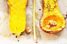 Kürbis-Rezept: Butternut-Kürbis aus dem Ofen mit frischem Rosmarin und Knoblauch – Lieblingsrezepte mit dem Kürbis. Gebackenes Herbstgemüse