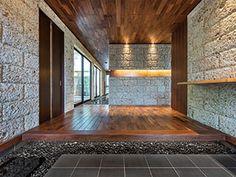 ウォルナットと大谷石を使った重厚な玄関