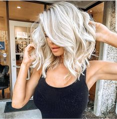 Wanna make your medium hair cuts more cute and bold? No need to search anymore techniques because we have collected here fantastic ideas of blonde hair colors for medium length haircuts in year Hair Color Balayage, Blonde Balayage, Haircolor, Blonde Hair Shades, Beige Blonde, White Blonde Hair, Highlights For Blonde Hair, Blonde Lob Hair, Bleach Blonde Hair