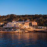 Arrivée en bateau à l'aube sur la charmante île de #Levanzo en #sicile. La promesse d'une belle journée ! • #voyage #italie #italia #island #fujifilm #fuji #landscapephotography #sunrise • Photo : @hobography_net